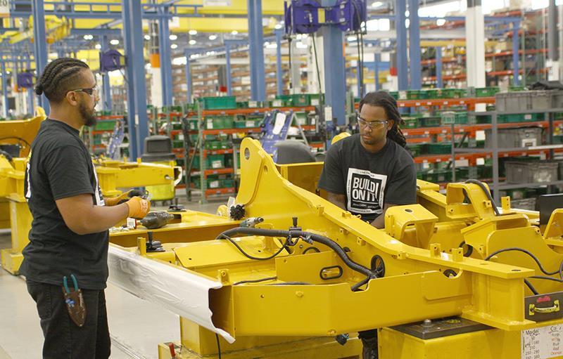 פס ייצור המחפרים במפעל גון דיר - היטאצ'י