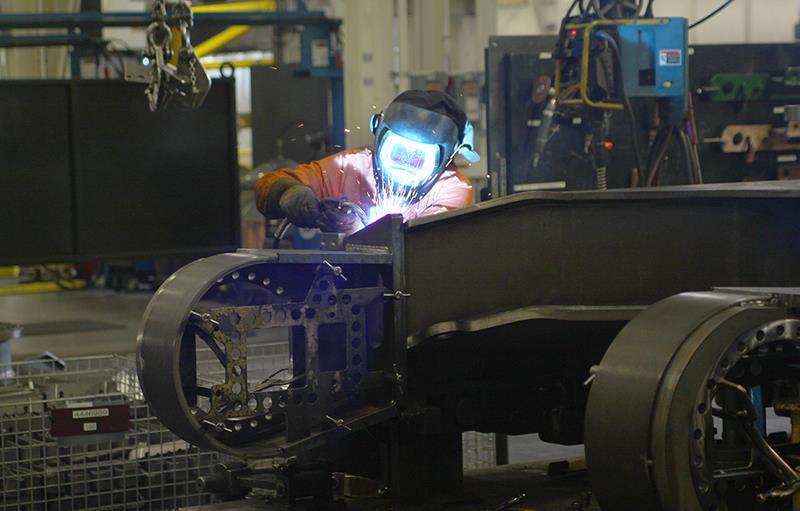 """כיום מועסקים כ-240 רתכים-מומחים במפעל המשותף לג'ון דיר ולהיטאצ'י בצפון קרוליינה, ארה""""ב. לאחר לימוד המקצוע נדרש כל עובד לעבור מספר שבועות של עבודה תחת פיקוח צמוד במפעל, בטרם יחל לעבוד עצמאית"""